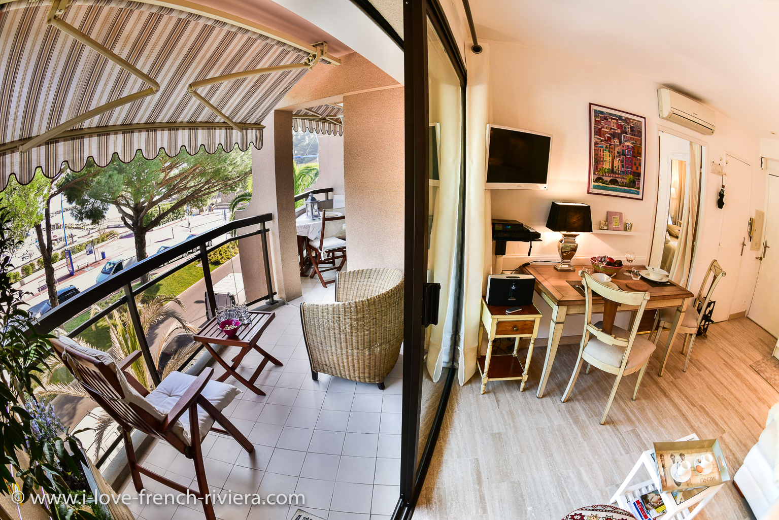 The interior of our holiday apartment communicates with a beautiful covered terrace of 12 square meters which faces the sea and offers a magnificent view.