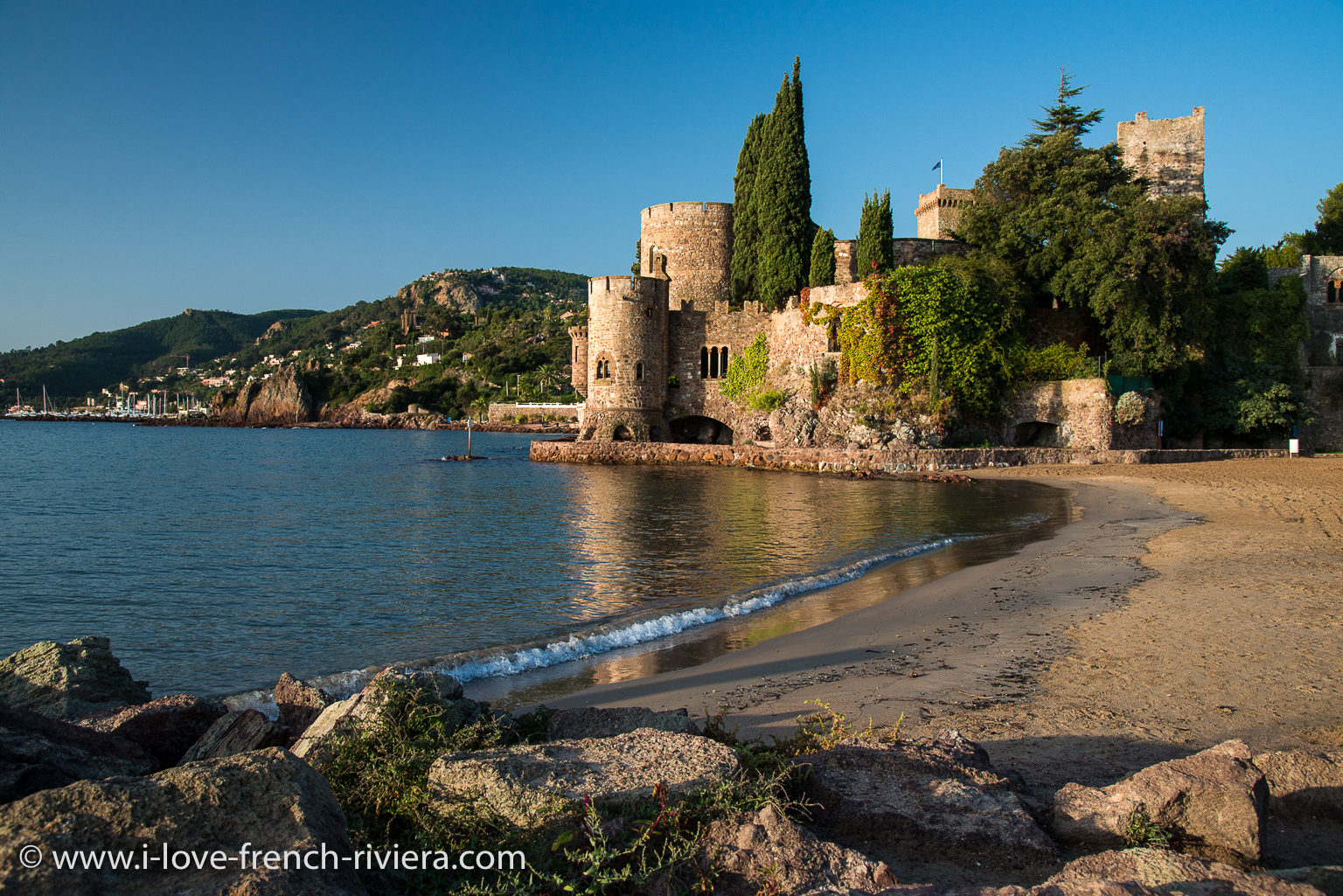 The beach and the famous medieval castle of La Napoule are just in front of our apartment. Picture taken in the morning at 08:30.
